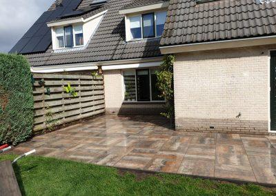 terras tegels straatwerk achter tuin Dalfsen